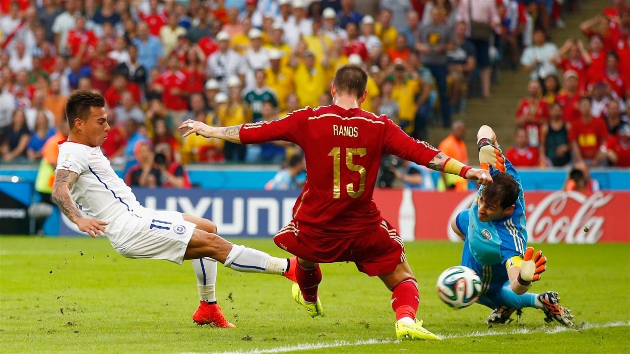 Eduardo Vargas déjoue à la fois Sergio Ramos et le gardien espagnol Iker Casillas pour marquer à la 20e minute.