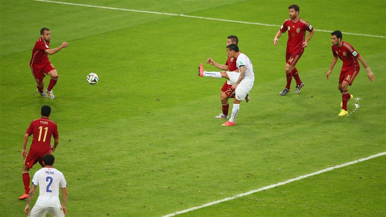 Charles Aranguiz tire et porte l'avance du Chili à deux buts à la 43e minute.