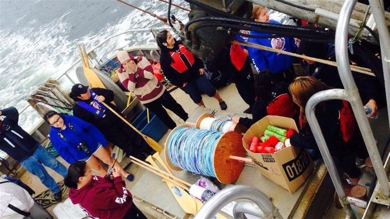 Les femmes de la Première Nation Gitga'at ont créé au crochet une corde de 4 km qu'elles ont déployé à l'embouchure du chenal marin de Douglas.