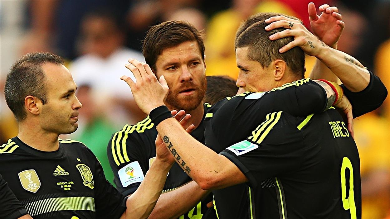 Les Espagnols célèbrent sobrement leur deuxième but, celui de Fernando Torres.