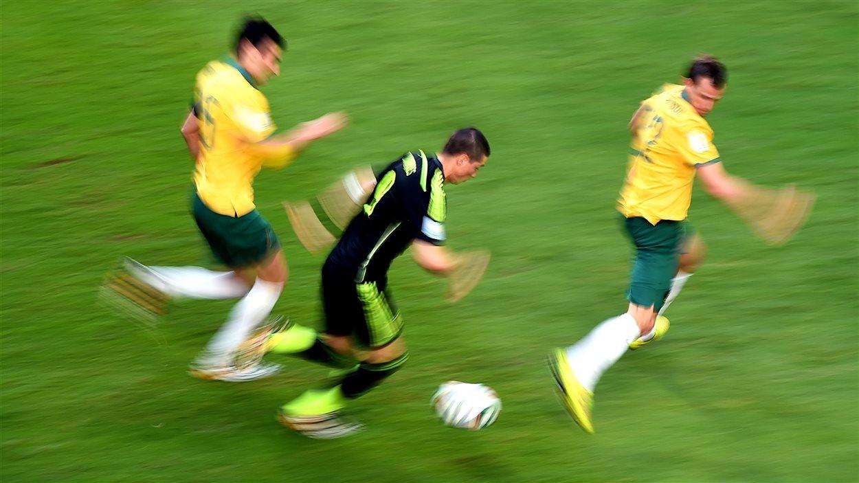 Fernando Torres double de vitesse les défenseurs australiens