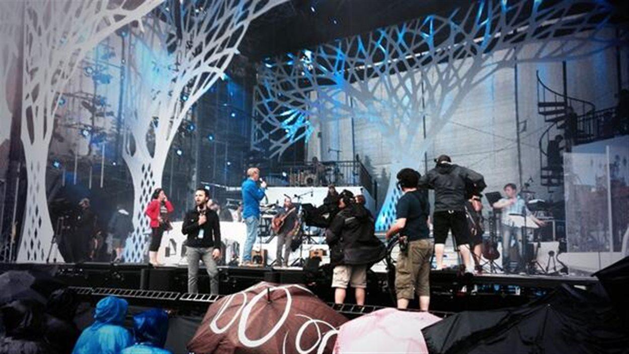 Les artistes sur scène pour la répétition