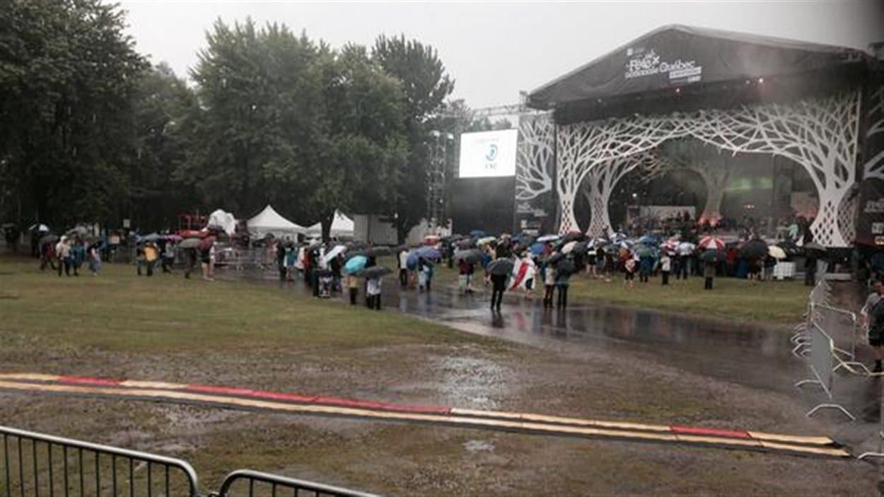 Malgré le mauvais temps, certains amateurs de musique ont bravé la pluie pour assister aux répétitions au parc Maisonneuve.