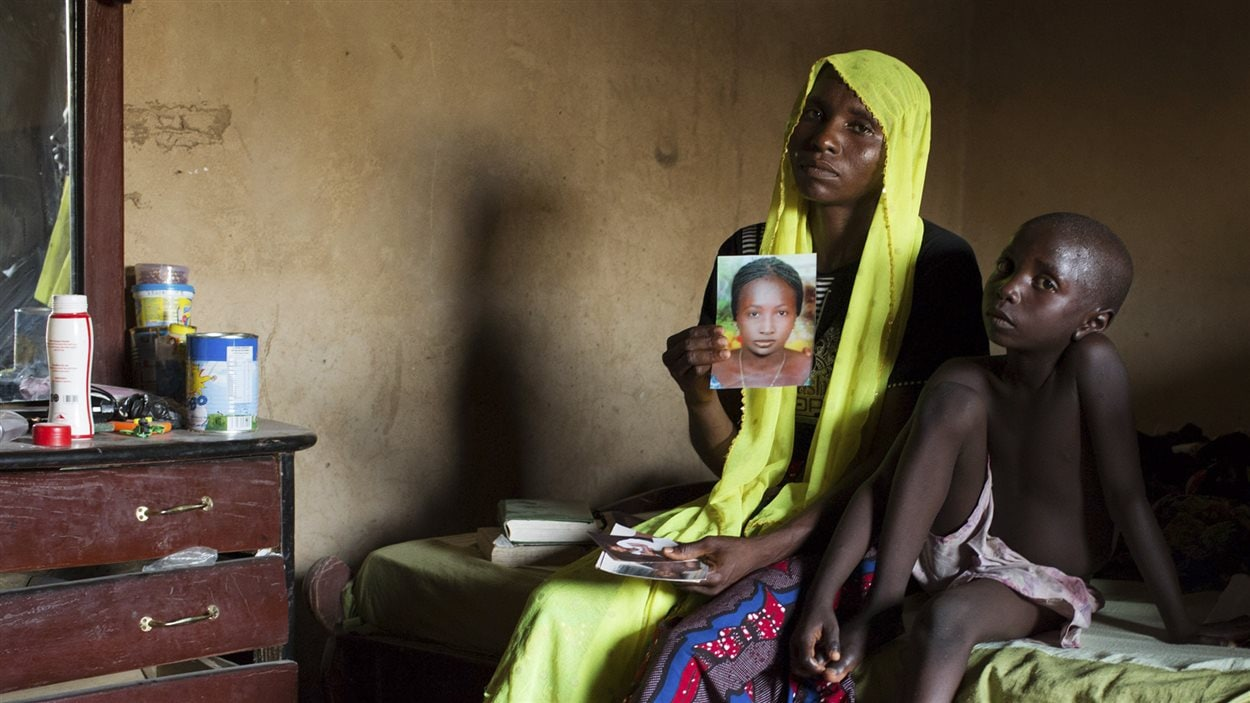 Rachel Daniel, 35 ans, montre la photo de fille, Rose Daniel, 17 ans, enlevée par Boko Haram en avril.