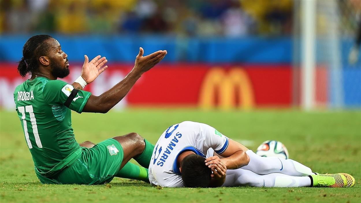« Mais qu'est-ce que j'ai fait? », semble demander Didier Drogba, à côté d'Andreas Samaris.
