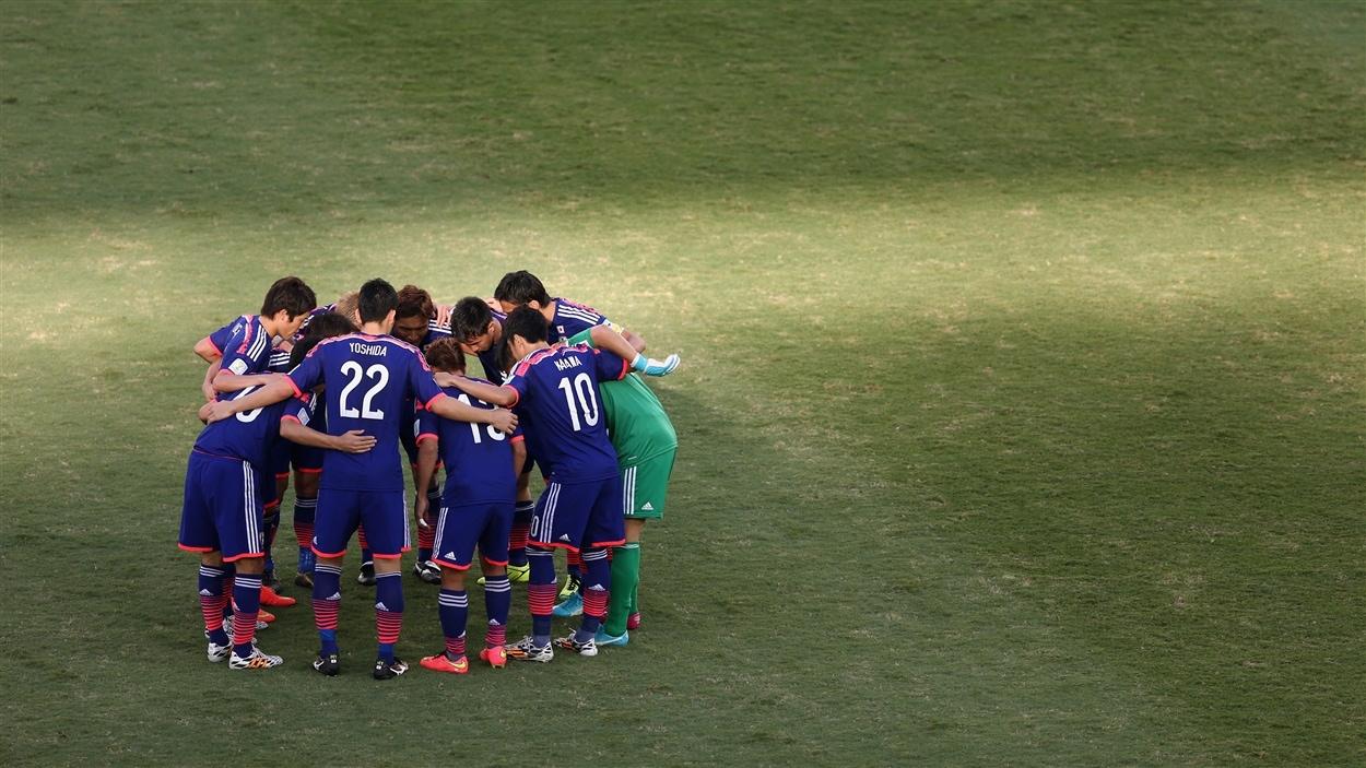 Les Japonais se réunissent avant le début du match.