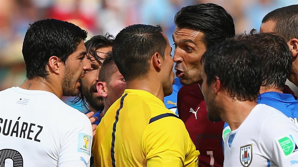 L'Italien Gianluigi Buffon (droite) dit sa façon de penser à l'arbitre Marco Rodriguez après le carton rouge attribué à Claudio Marchisio.