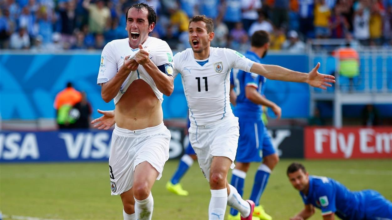 Diego Godin sourit, et avec raison : il vient de placer l'Uruguay en avant 1-0 à la 81e minute.