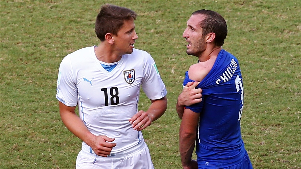 Giorgio Chiellini (droite) soutient, preuve à l'appui, avoir été mordu par Luis Suarez.