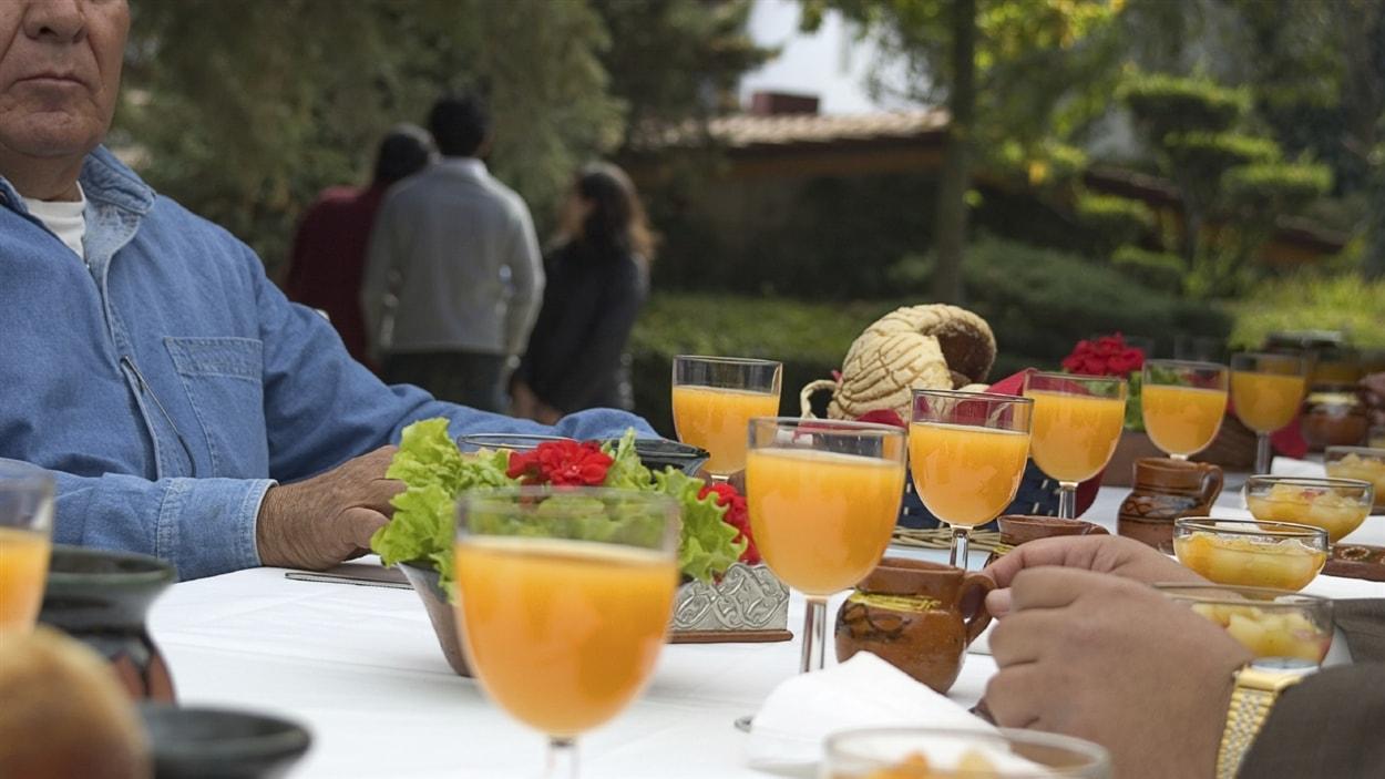 Une table de réception et des convives à l'extérieur.