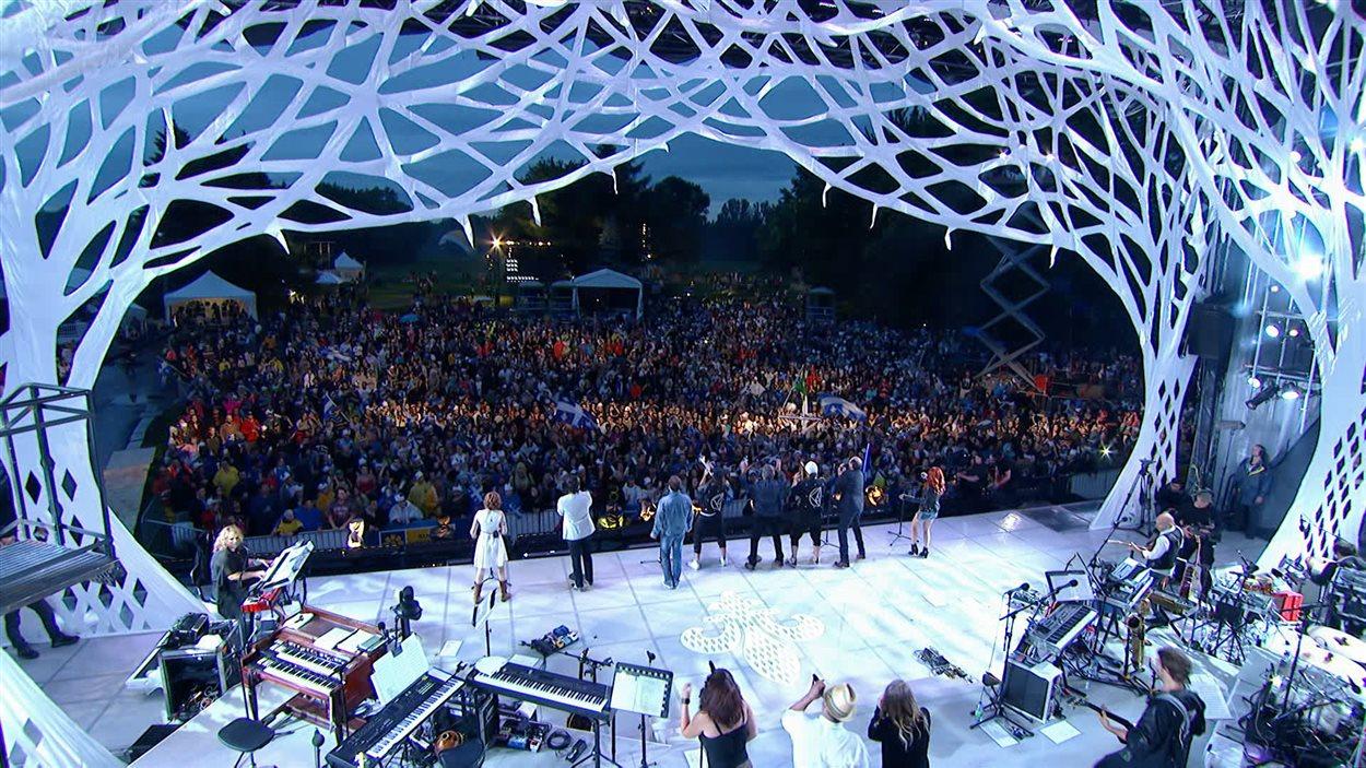 Le spectacle de la fête nationale au parc Maisonneuve à Montréal a bien failli être annulé en raison de la menace orageuse.