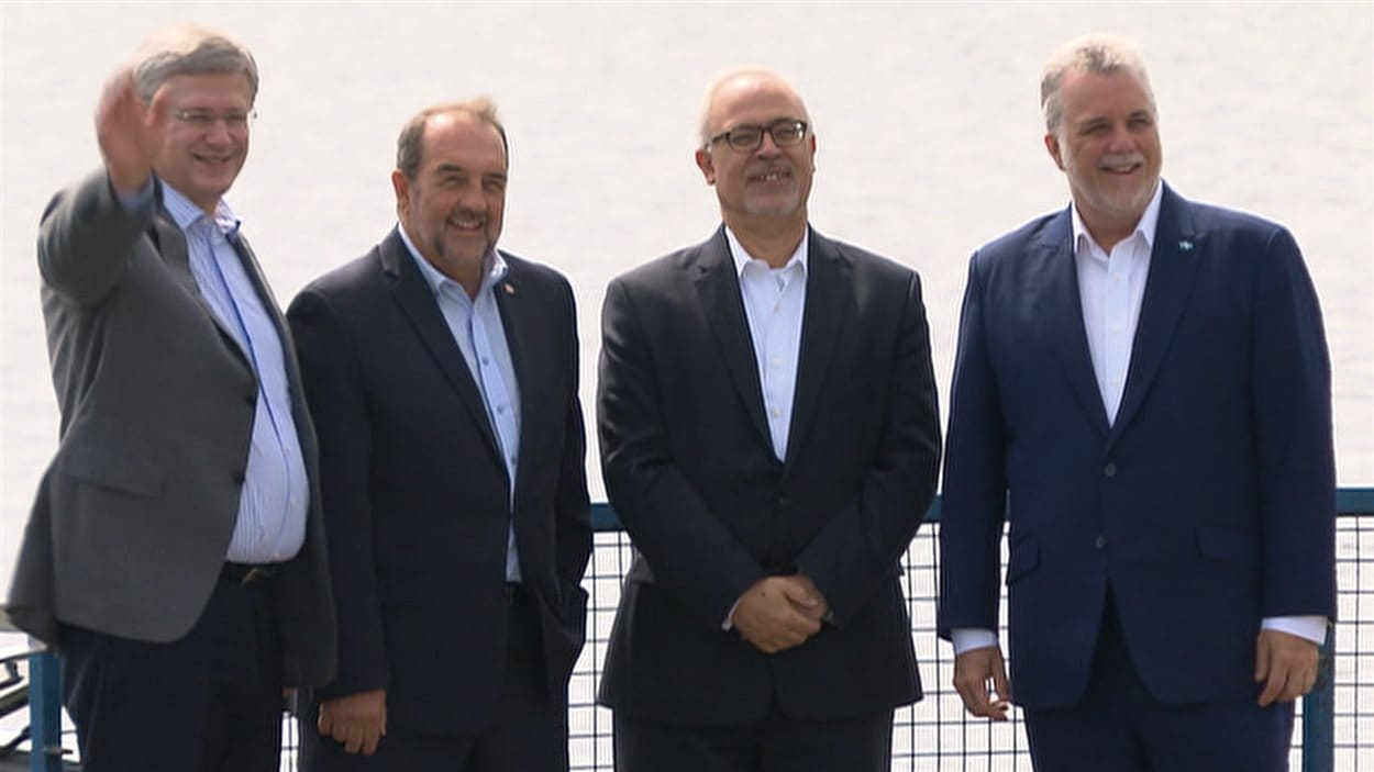 Les premeirs ministres Stephen Harper (gauche) et Philippe Couillard (droite) en compagnie des ministres Denis Lebel et Carlos Leitao.