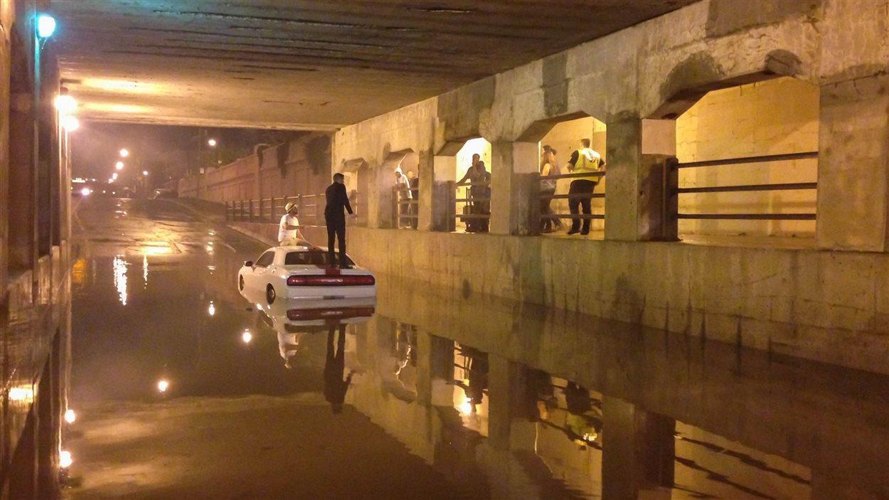 Des automobilistes ont été surpris par l'inondation du viaduc de Salaberry à Montréal, causée par les fortes pluies.