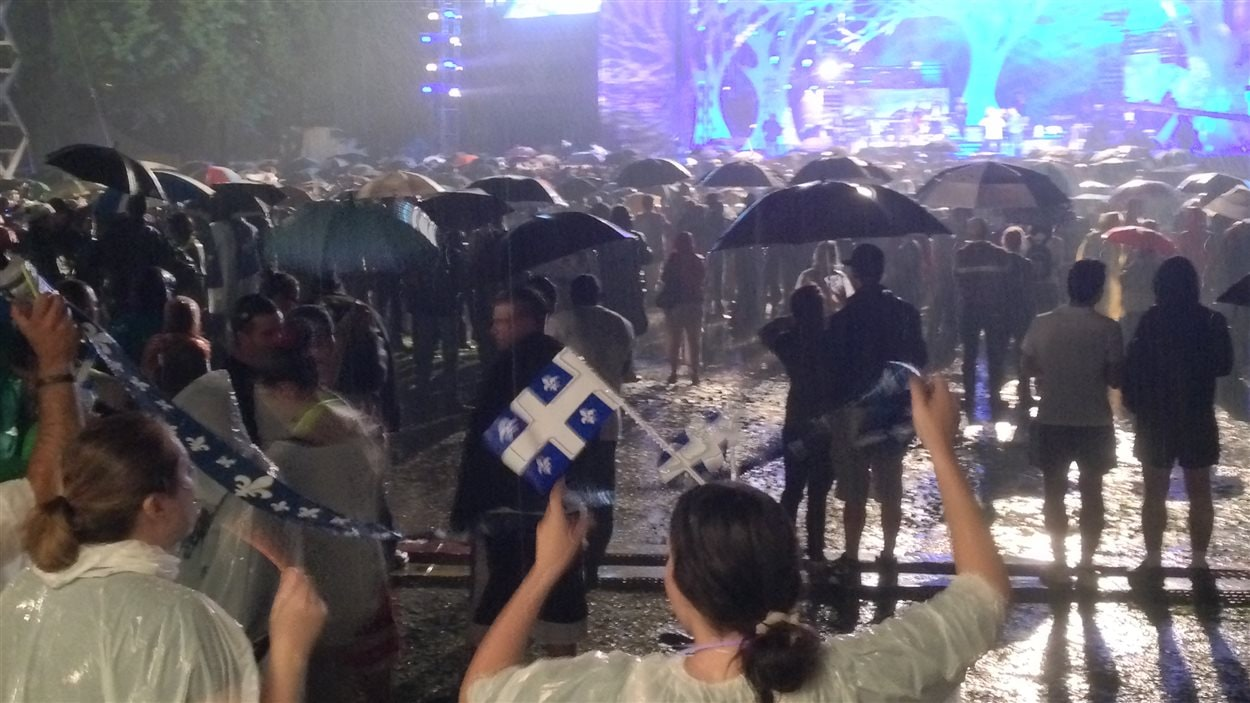 La pluie a quelque peu refroidi les ardeurs de la foule qui était moitié moins nombreuse que l'an dernier.
