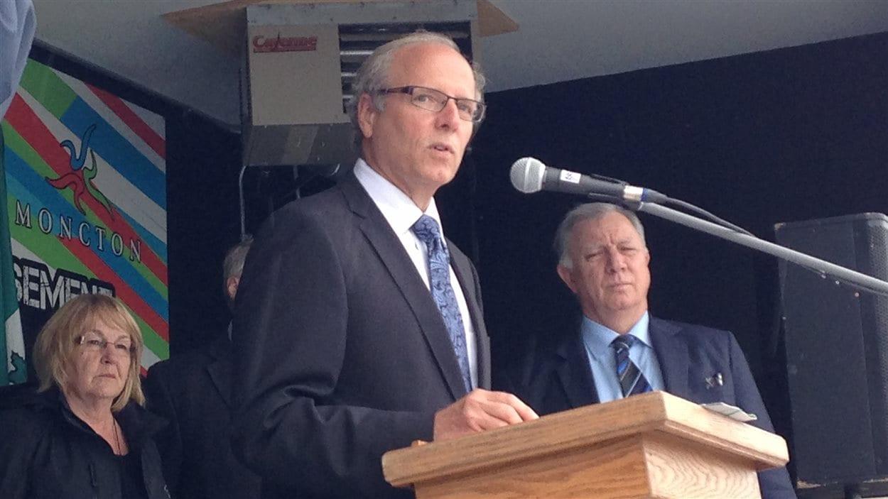 Le maire de Moncton, George LeBlanc (au micro), et le député fédéral de Moncton-Riverview-Dieppe, Robert Goguen (à droite).