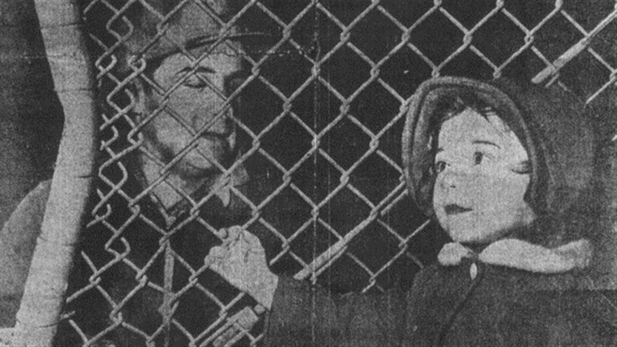 Ann Beaupré, fille d'Albert Beaupré, décédé dans l'incendie, à la barrière de la mine après la catastrophe.