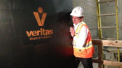 Cette porte massive en métal protégera les travailleurs dans les salles de radiothérapie. Il y en aura 12 en tout, situées au 4e sous-sol.