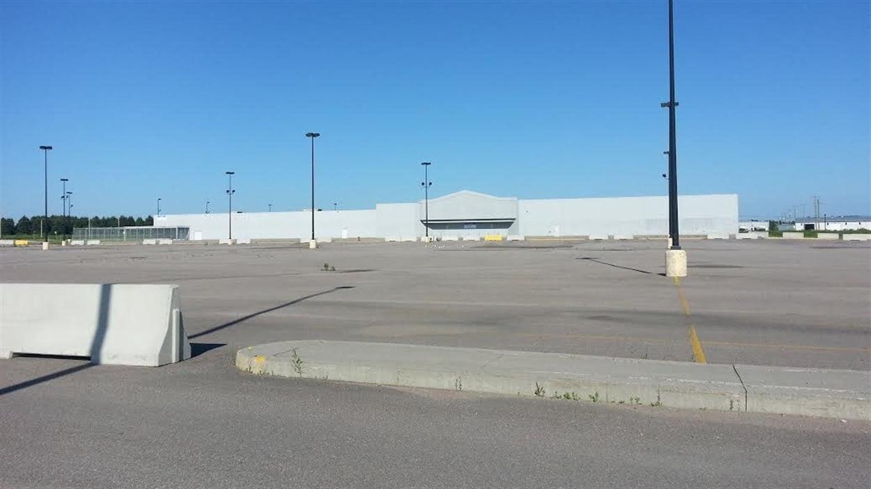 La bâtisse où se trouvait le Walmart à Jonquière est inoccupée depuis la fermeture du magasin.