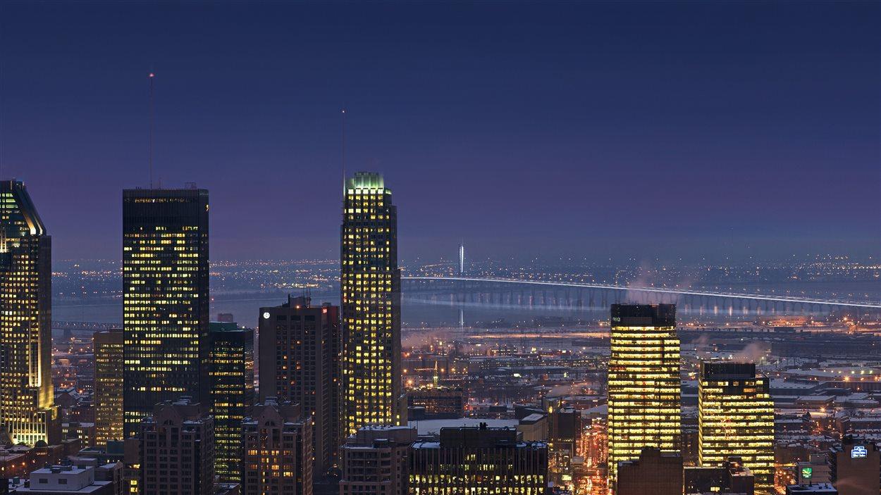 Le pont vu du centre-ville de Montréal, la nuit.
