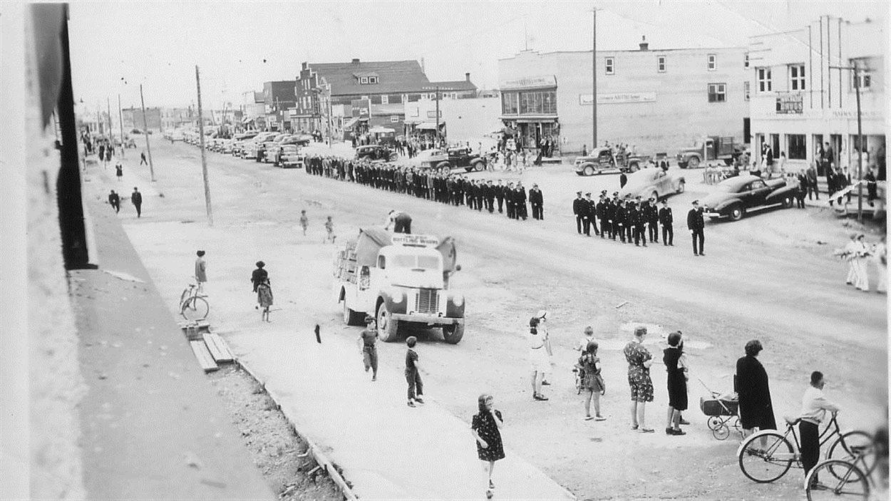 Cortège funéraire accompagné de la brigade des pompiers de Malartic qui a pris place sur la voie publique.