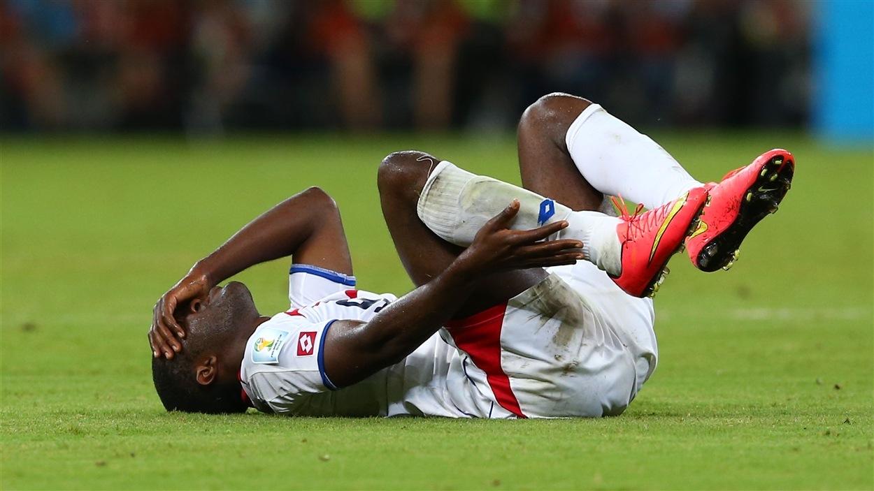 Le Costaricain Joel Campbell étendu sur le terrain, souffrant. En conséquence, le Grec Andreas Samaris recevra un carton jaune.