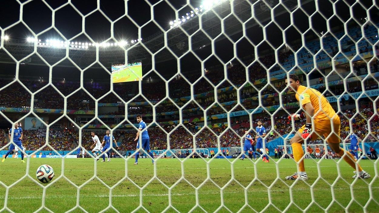Le gardien grec Orestis Karnezis ne fait que regarder le ballon tiré par Bryan Ruiz se rendre jusqu'au fond du but.