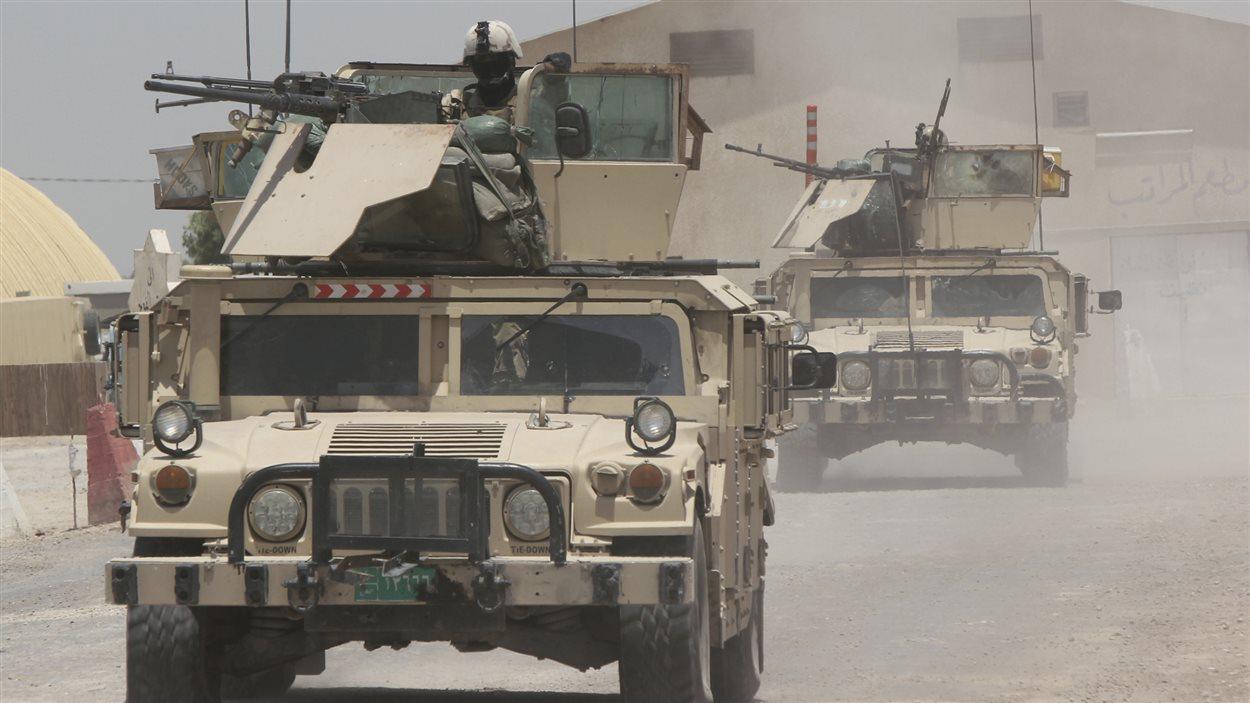 Les troupes de l'armée irakienne patrouillent la ville de Jurf al-Sakhar, au sud de Bagdad.