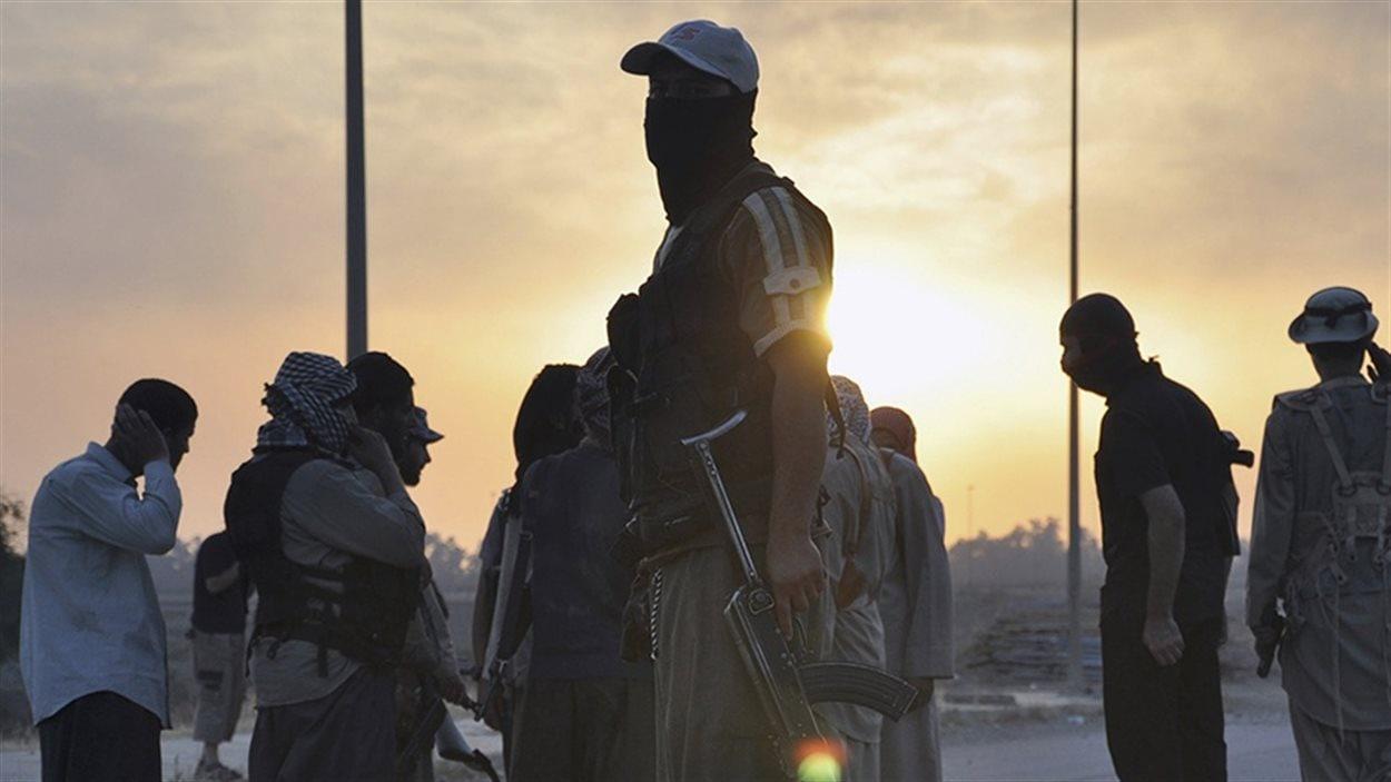 Des combattants de l'EIIL près de Mossoul, le 11 juin 2014
