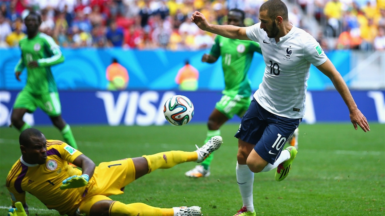 Karim Benzema est frustré par le gardien nigérian Vincent Enyeama en deuxième demie.