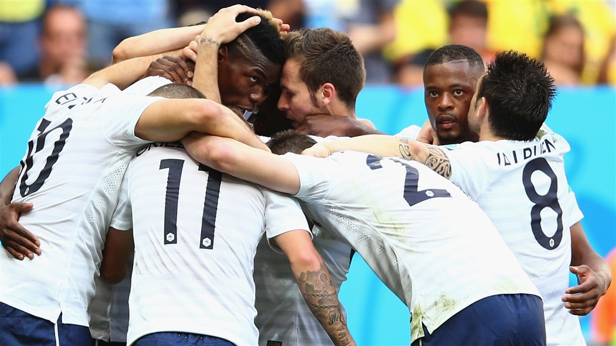 Les coéquipiers de Paul Pogba l'entourent après qu'il eut donné l'avance 1-0 à la France.