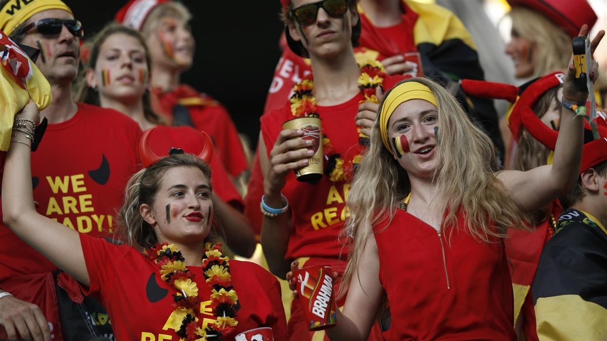 Les partisans belges font la fête dans les gradins de l'Arena Fonte Nova.