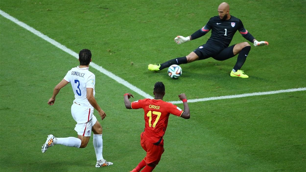 Le gardien américain Tim Howard stoppe le tir du Belge Divock Origi en première demie.