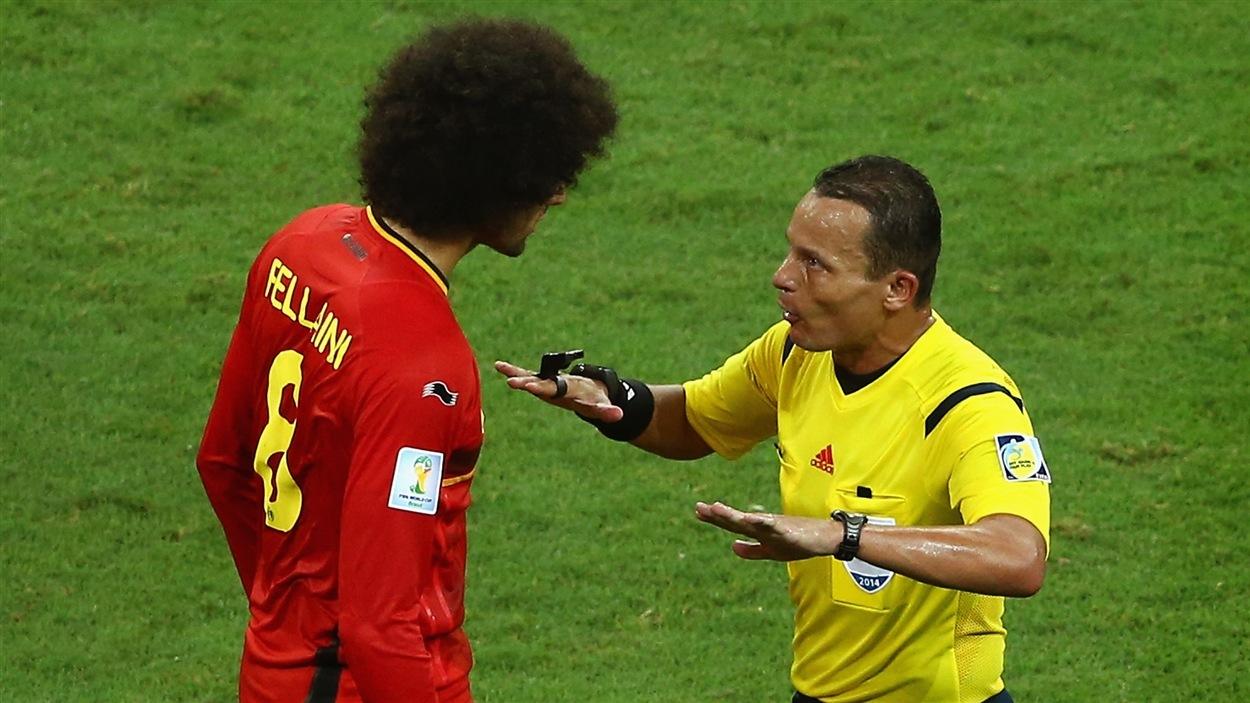 L'arbitre Djamel Haimoudi explique son point de vue au Belge Marouane Fellaini.