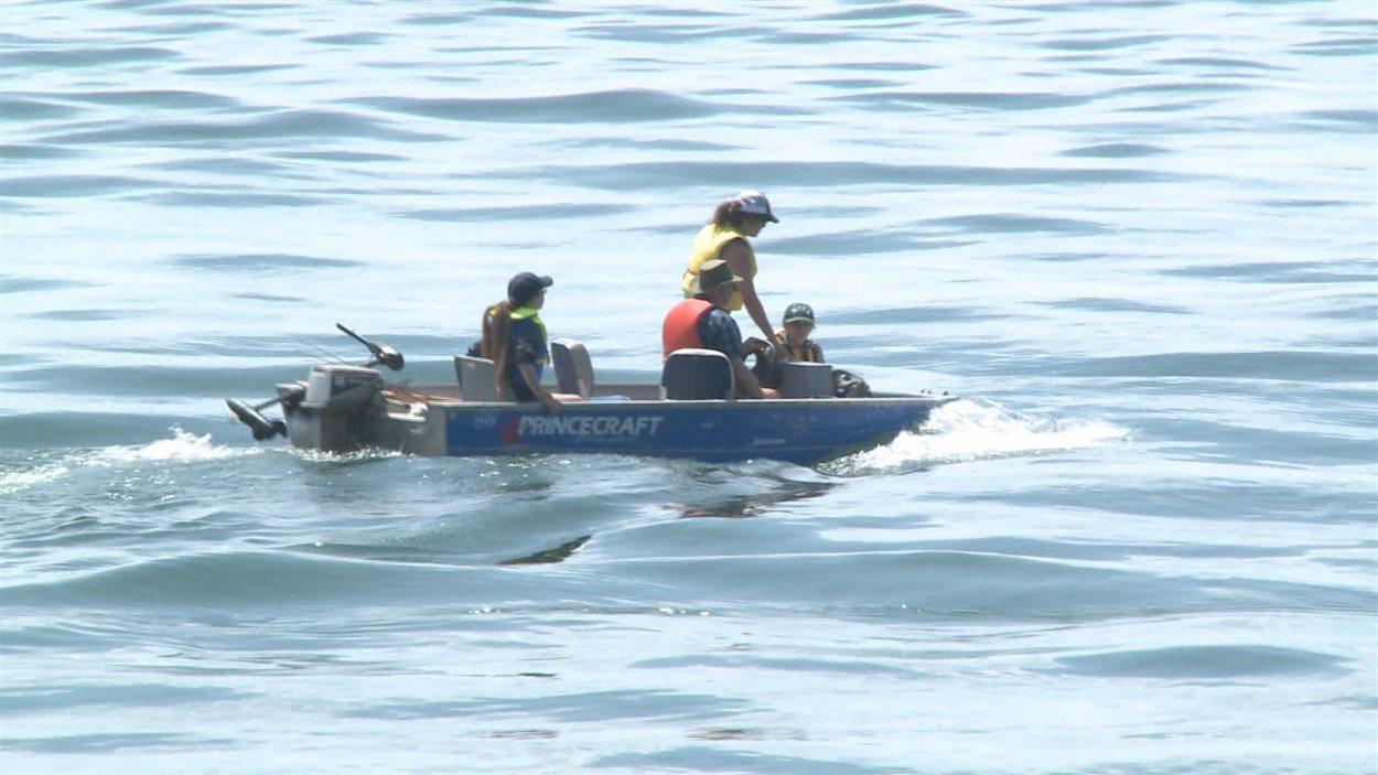 Les secours sont en route pour aider le nageur.