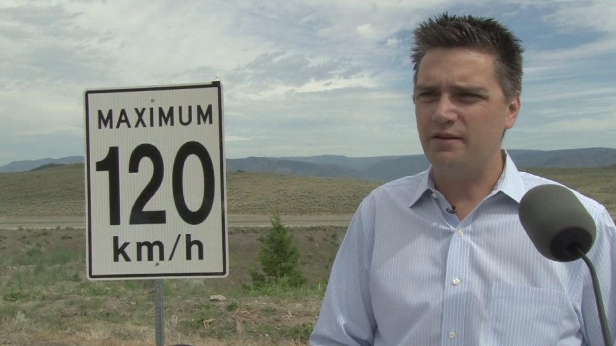Le ministre des Transports de la C.-B., Todd Stone, près d'une des nouvelles affiches de limite de vitesse.