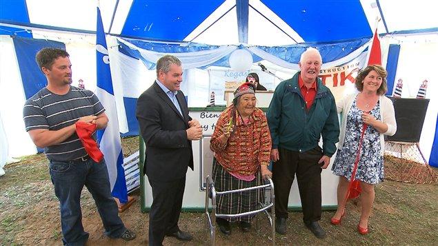 Le ministre Yves Bolduc, élus nord-côtiers, des chefs innus et divers intervenants de la région étaient présents à la cérémonie d'inauguration.