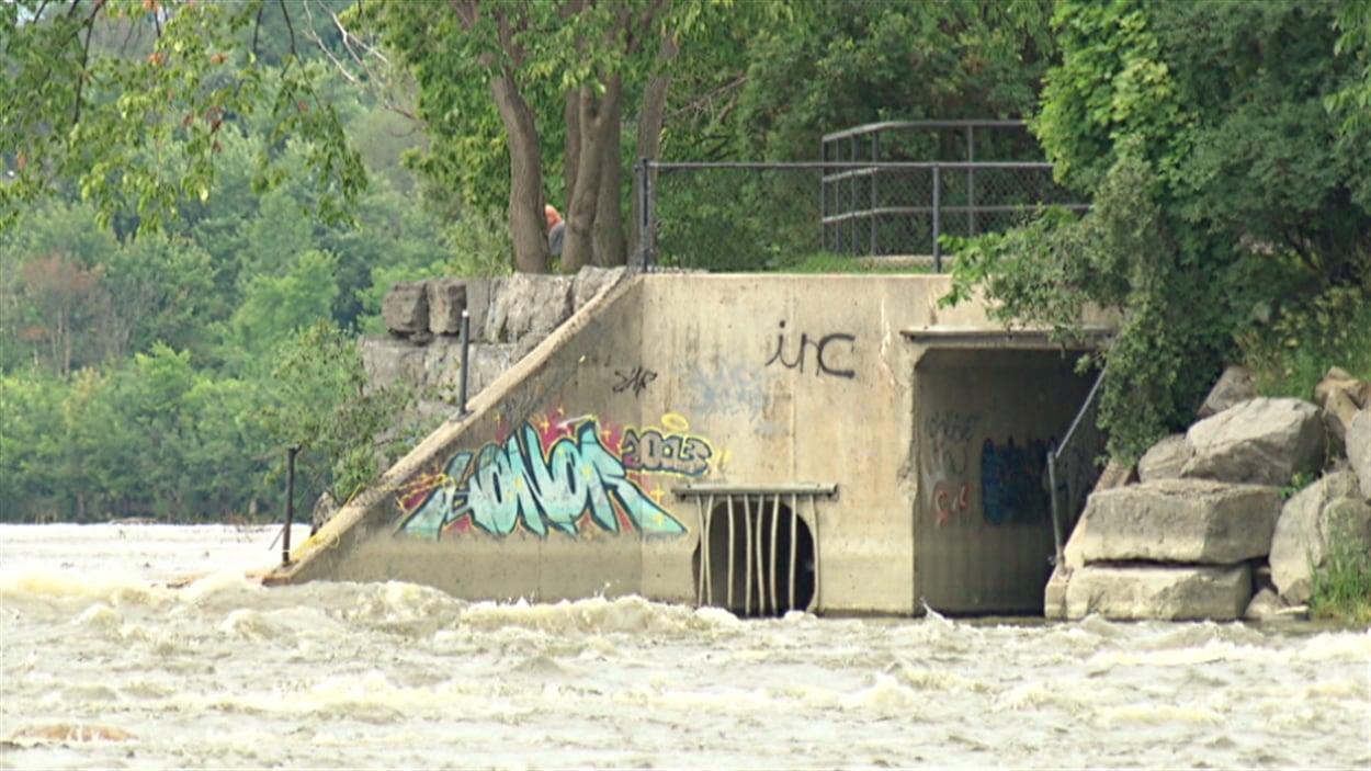 Une sortie d'égout sur le bord de la rivière des Outaouais.