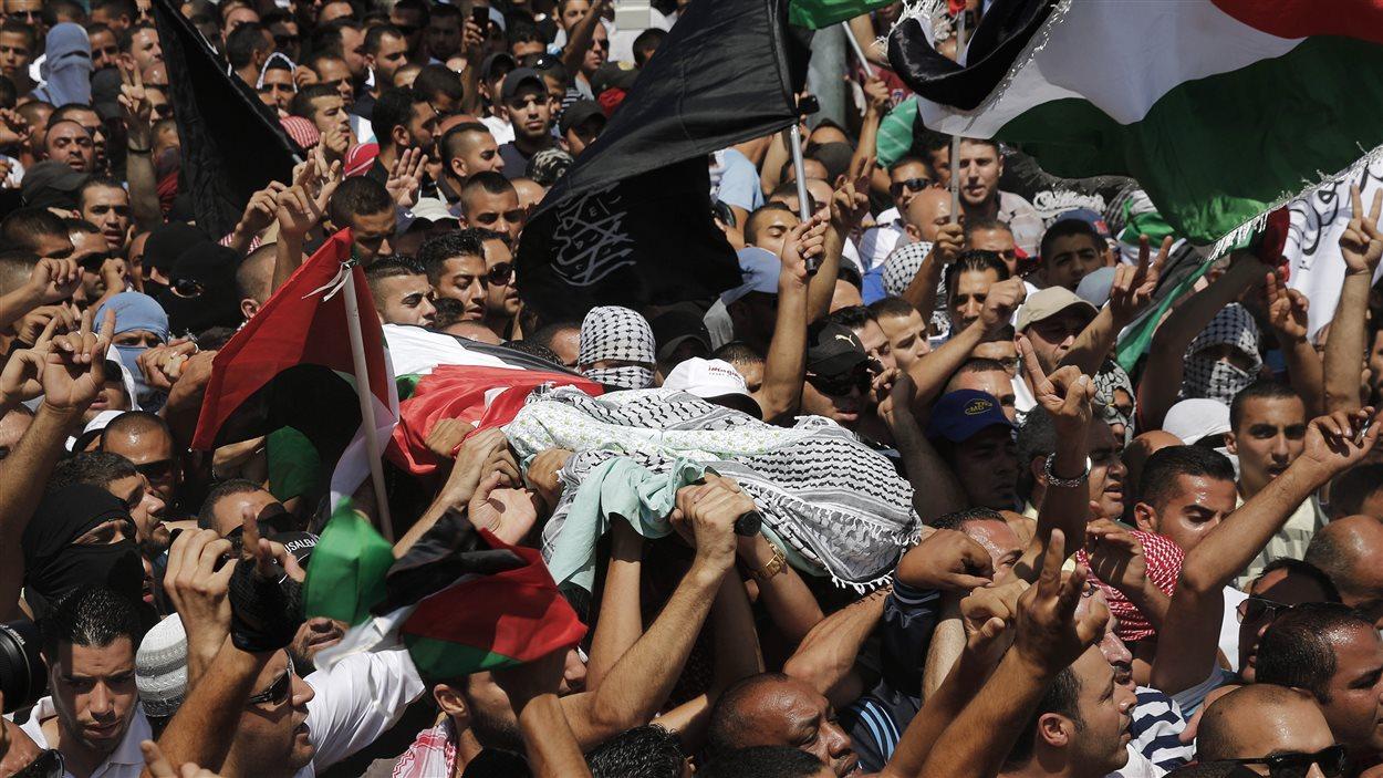Des Palestiniens transportent la dépouille de Mohamed Abou Khoudaïr, le 4 juillet 2014
