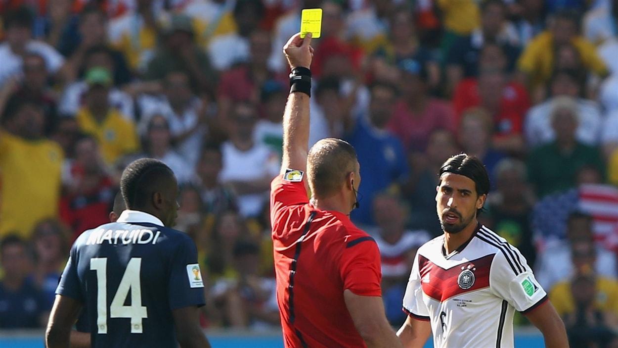 L'Allemand Sami Khedira reçoit un carton jaune de l'arbitre Nestor Pitana.
