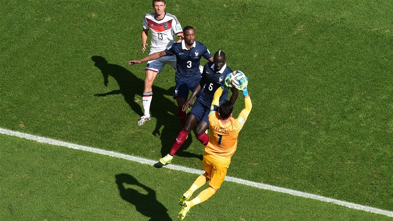 Le gardien français Hugo Lloris a des admirateurs lorsqu'il réalise cet arrêt en première demie.