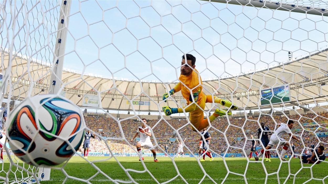 Le gardien français Hugo Lloris ne parvient pas à stopper le ballon redirigé vers le but par Mats Hummels. C'est 1-0 pour l'Allemagne.
