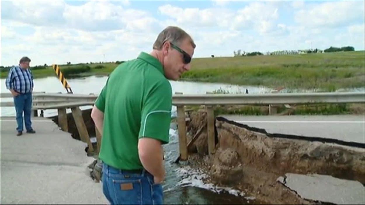 Le premier ministre de la Saskatchewan, Brad Wall examine les dommages causés par les inondations.