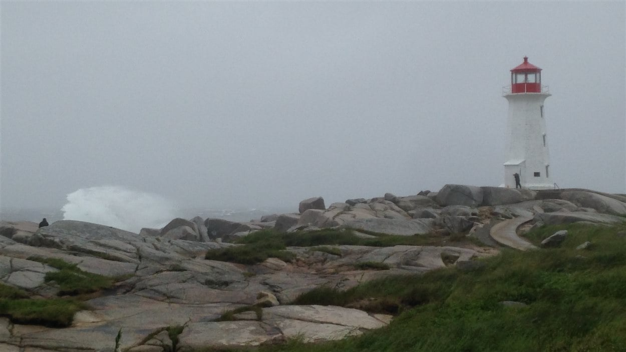 La tempête Arthur s'abat sur les provinces maritimes. À Peggy's Cove, en Nouvelle-Écosse, les vagues sont de plus en plus puissantes.
