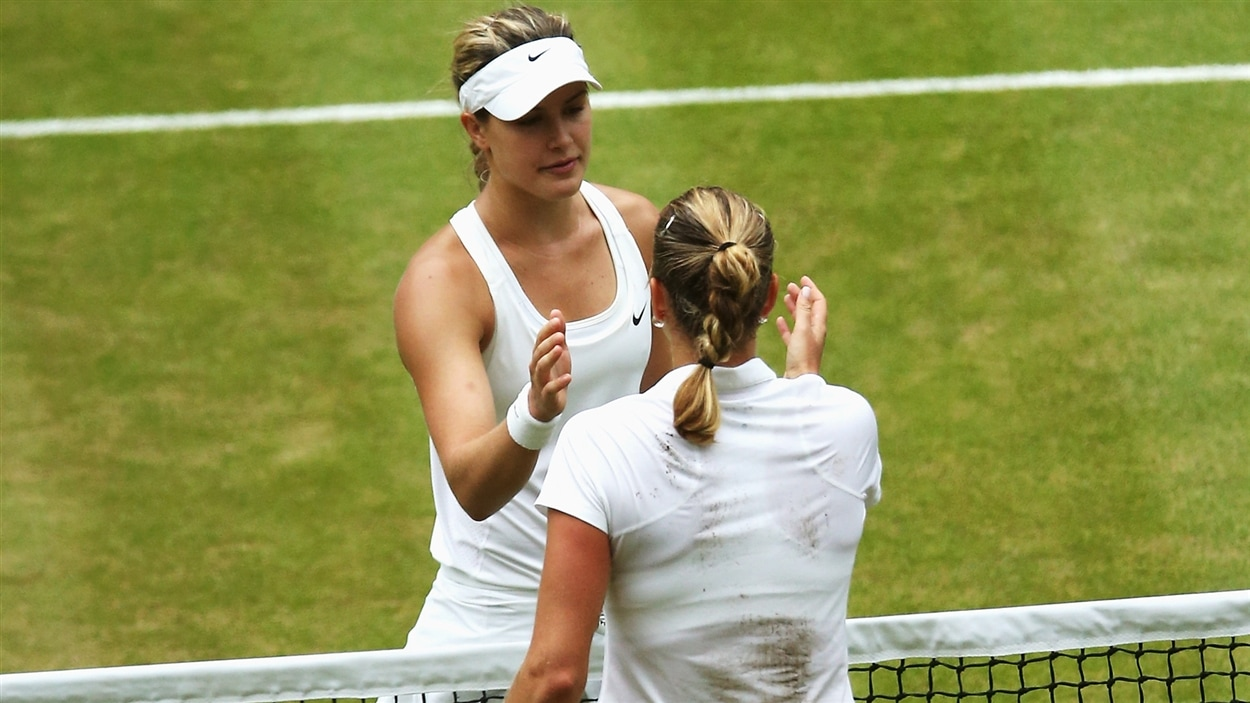 Eugenie Bouchard et Petra Kvitova se félicitent après le match.