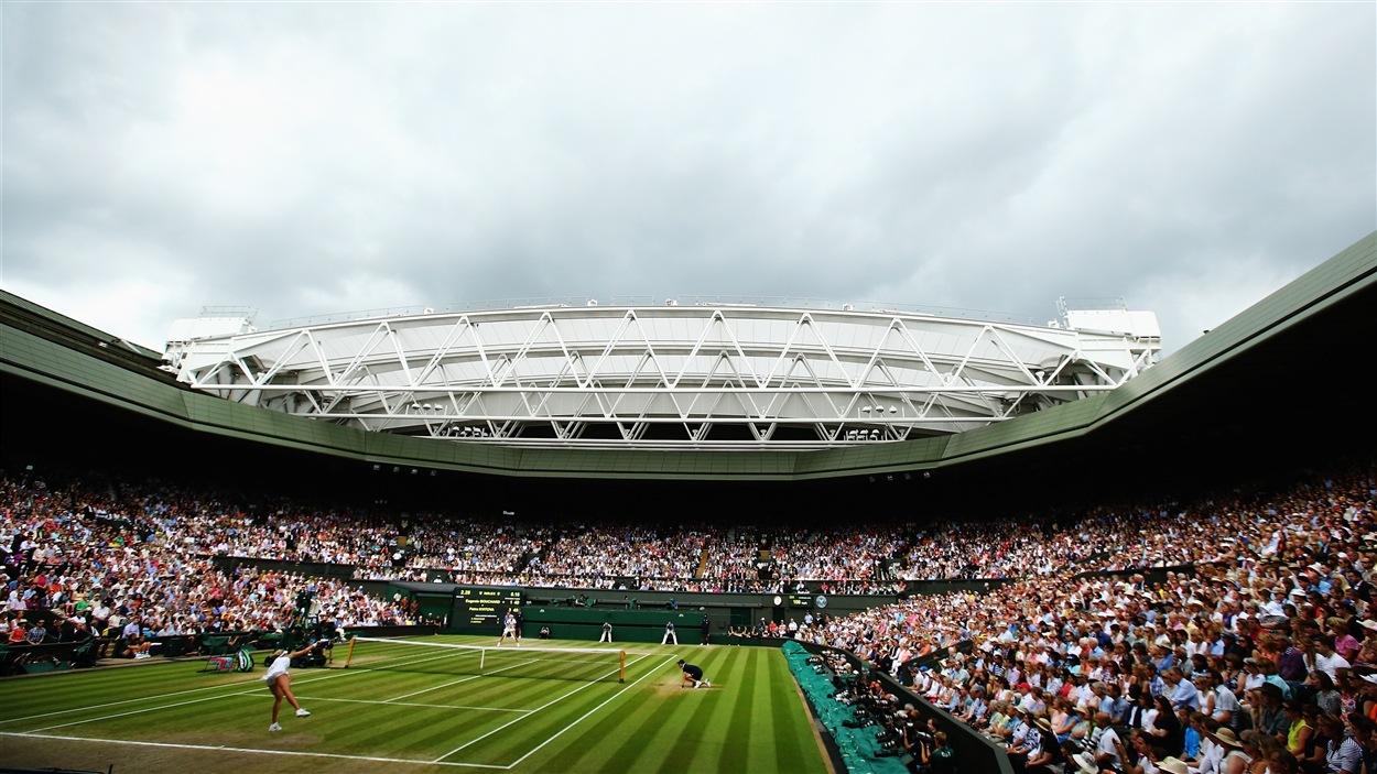 Une vue du court central à Wimbledon pendant le duel Kvitova-Bouchard.