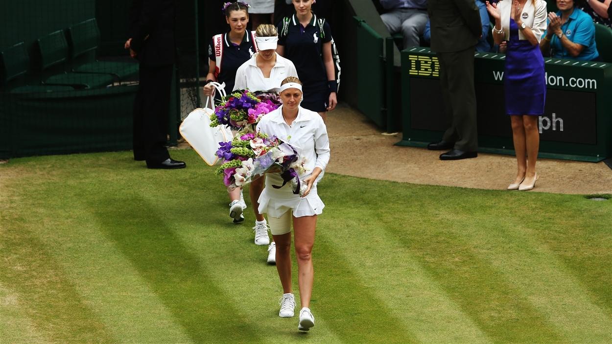 Eugenie Bouchard et Petra Kvitova font leur entrée sur le court central.