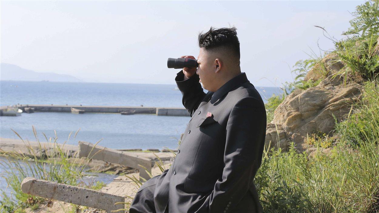 Kim Jong-un sur la côte nord-coréenne lors d'une inspection militaire
