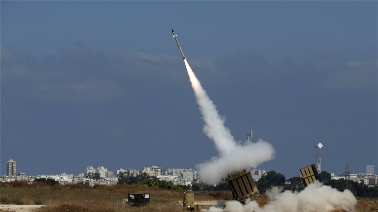 Israël lance une d'une fusée d'interception de roquettes. Au moins deux roquettes lancées de la bande de Gaza ont ainsi été détruites.