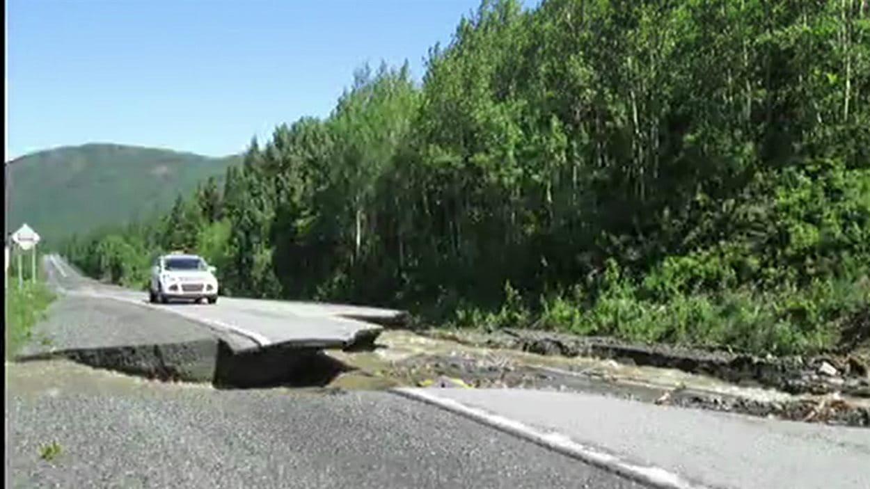 Bris sur la route 198