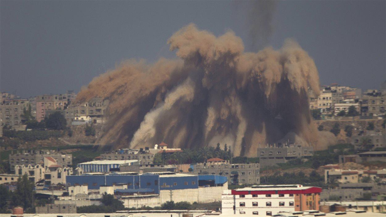 De la fumée et des débris s'élèvent dans le ciel, après une attaque d'Israël sur la bande de Gaza, mercredi.